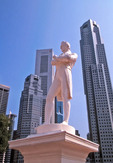 Sinagapore statue of Stamford Raffles against city skyline