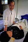Acupuncture treatment by Beijing doctor in clinic