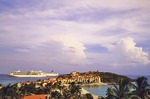 Sint Maarten: Cruise ships anchored next to the Divi Little Bay Resort near Phillipsburg