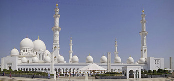 Abu Dhabi Grand Sheikh Zayed Mosque panorama.
