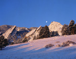 Full moon setting over the Flatirons from Chautauqua, Boulder Mountain Parks, naer Boulder, Colorado