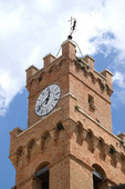 Pienza, Piazza Pio II. Palazzo Pubblico, clock tower