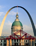 ST. LOUIS, MISSOURI. USA. View of historic Old Courthouse, finished 1862, & Gateway Arch from Keiner Plaza.