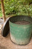 Worm composting bin with lid