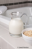 Oatmeal milk baths combine the soothing properties of milk and oatmeal, both of which are associated with reducing skin redness and irritation.