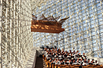 USA, South California : in Garden Grove on Sunday choir singing in the Crystal Cathedral built by architect Phillip Johnson for Reverend Schuller.
