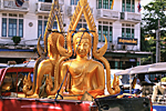 THAILAND, Bangkok : modern statues of Buddha on a truck to be delivered to a Buddhist temple.