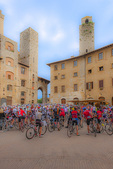 D3X 196 PI.  Bicycle racing teams forming up in the main square of San Gimignano. Tuscany, Italy, Europe