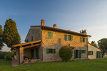 D3X 86. A remote, rural Tuscan farmhouse catches the first light of day. Alberi, Tuscany, Italy